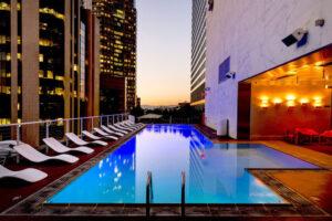 Iluminar tu piscina con LED 6 grandes razones